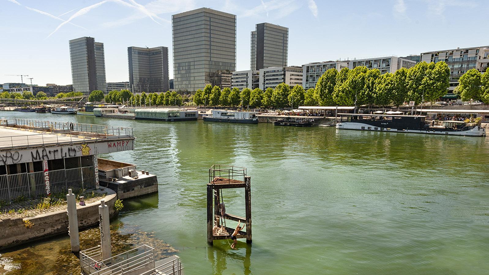 Tolbiac: Sprung ins Nass mit Blick auf Paris Rive Gauche. Foto: Hilke Maunder