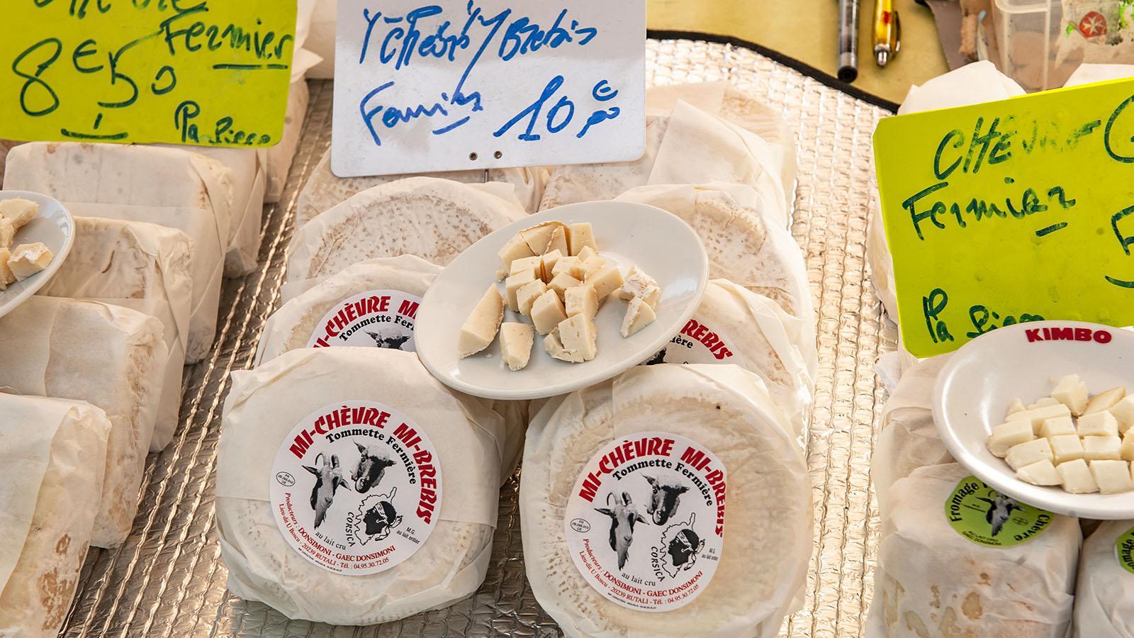 Bauernkäse: Auch auf dem Markt von Bastia wird handgemachter Schafskäse angeboten. Foto: Hilke Maunder
