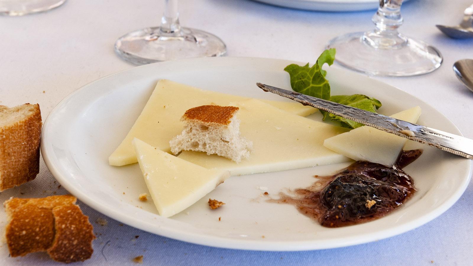 Zum Bauernkäse aus Korsika wird gerne ein süßer Fruchtaufstrich genossen.
