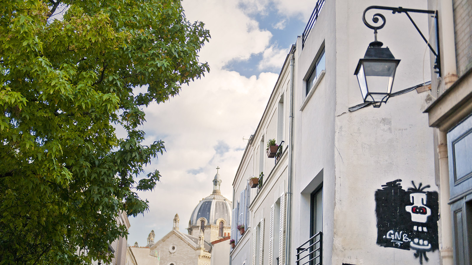 Sainte-Anne de la Butte-aux-Cailles ragt über den Häusern auf. Foto: Hilke Maunder