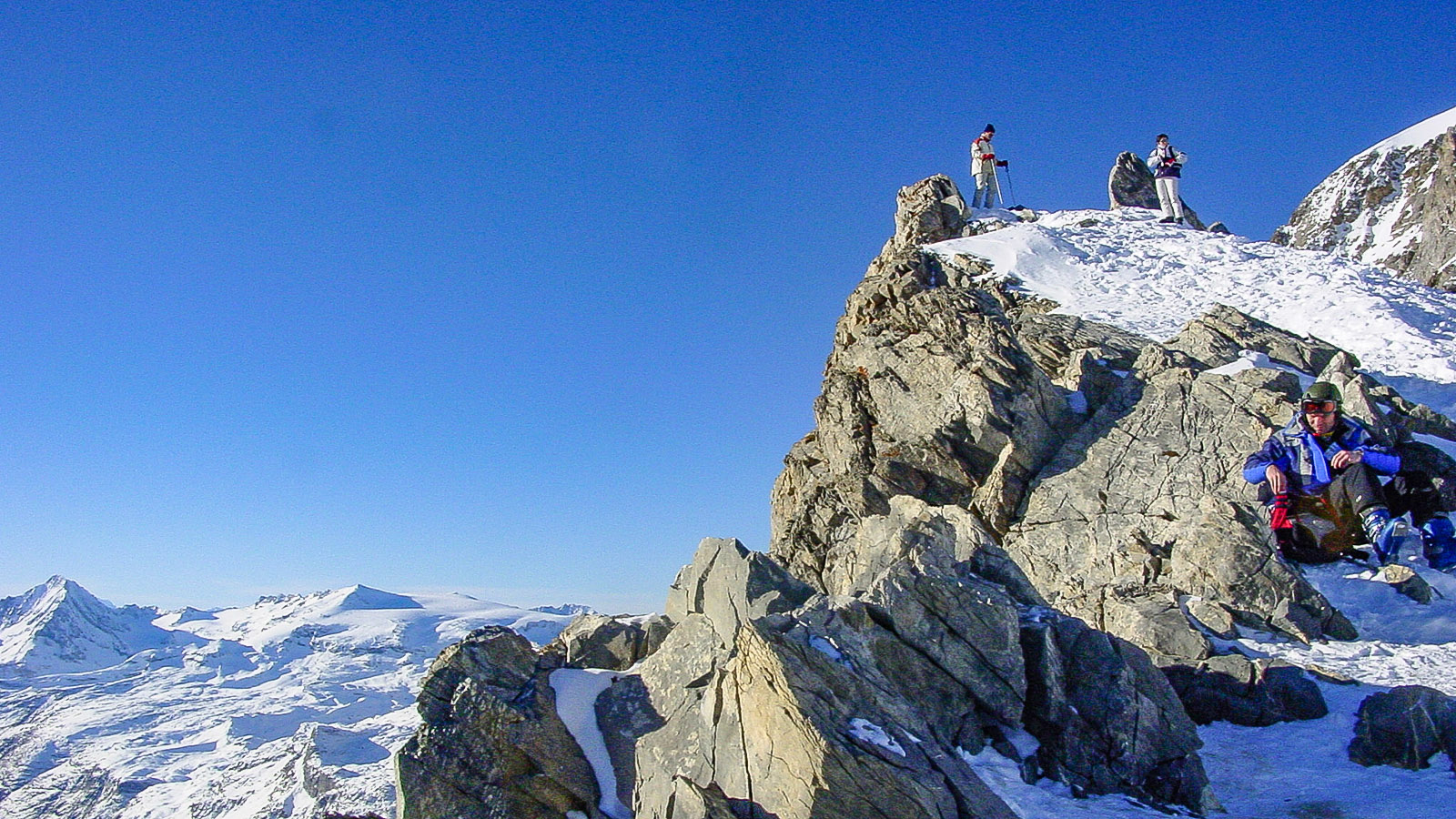 Das Gletscherskigebiet La Grande Motte von Tignes. Rast an einem Aussichtspunkt unterhalb des 3656 Meter hohen Gipfels. Foto: Hilke Maunder