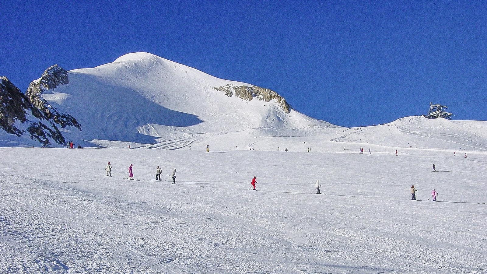 Das Skigebiet zu Füßen des Gletschers Grande Motte mit der Leisse-Piste (schwarz). Foto: Hilke Maunder