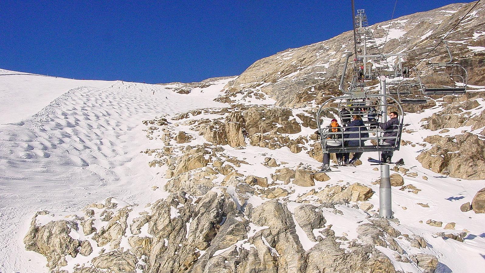 Tignes: Das Skigebiet zu Füßen des Gletschers Grande Motte mit der Leisse-Piste (schwarz). Foto: Hilke Maunder
