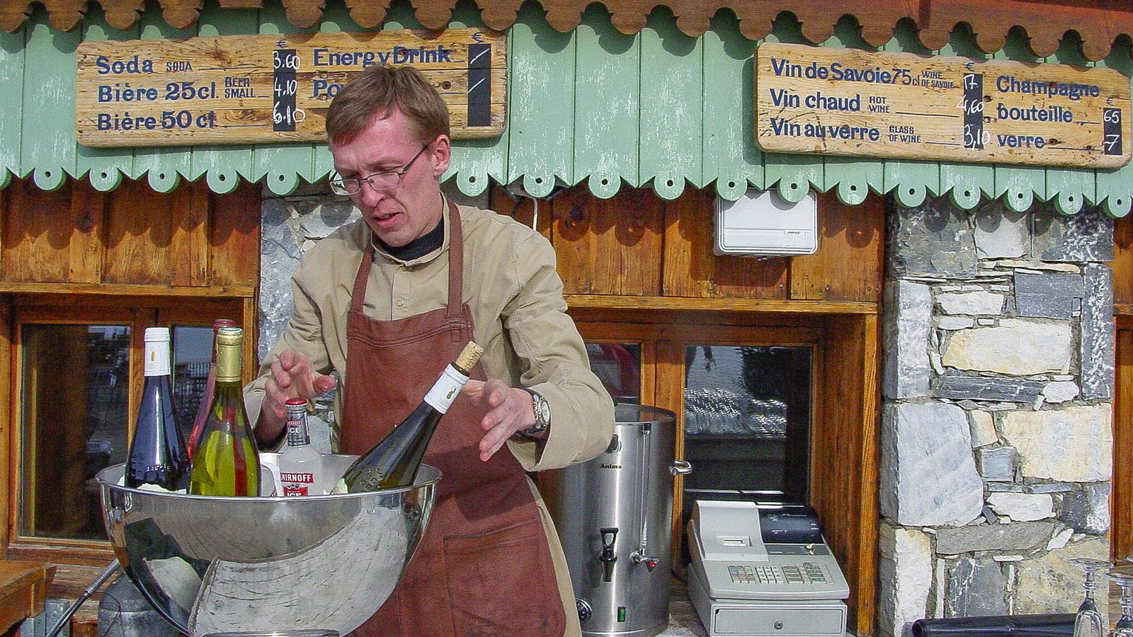 """Val d'Isère: Barkeeper Fred Deleque (32) von der.Berg-Bar """"Folie Douce"""". Foto: Hilke Maunder"""