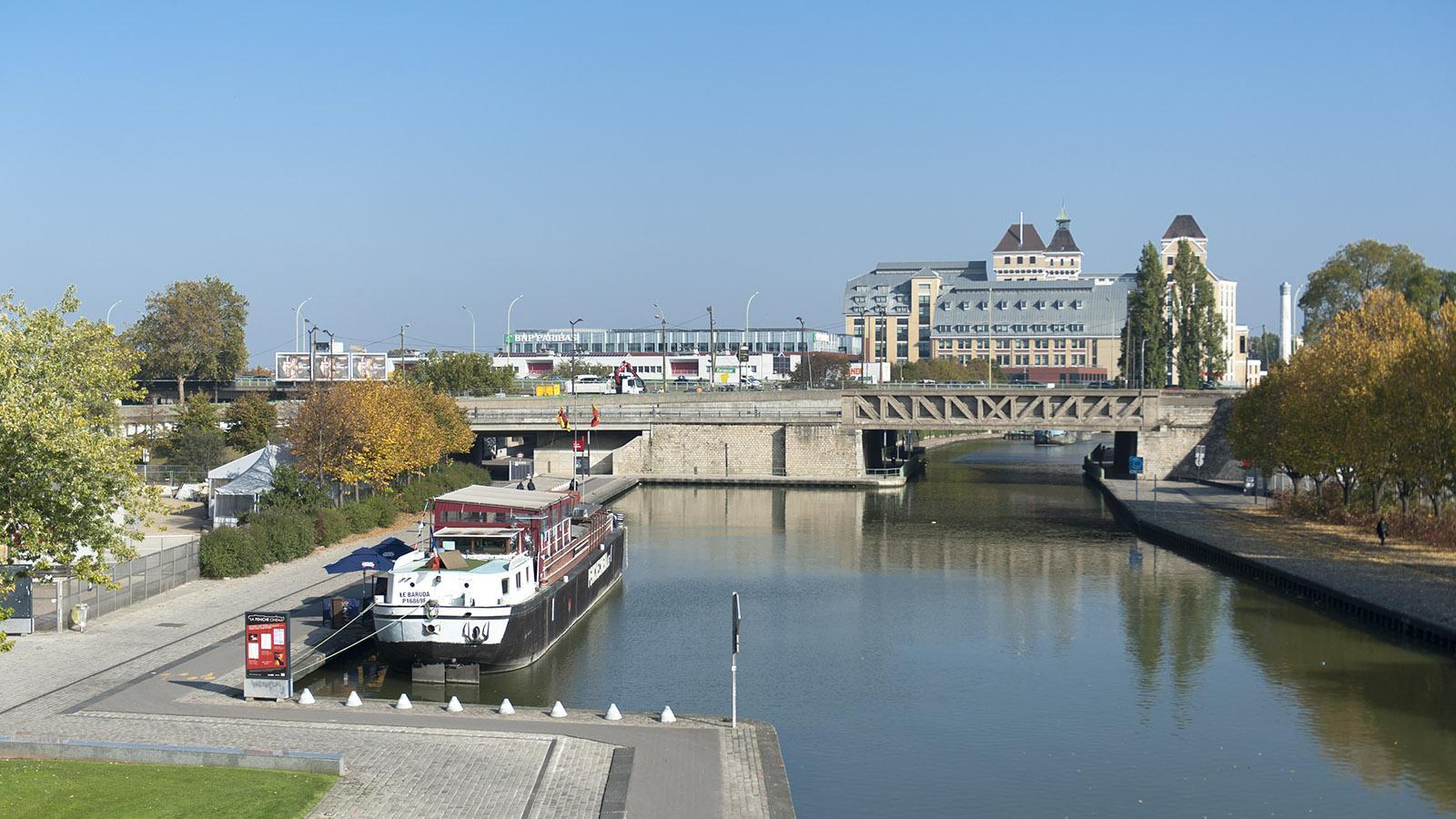 """Traditionelle """"Peniches"""", alte Lastkähne, sind am Ufer von La Villette vertäut. Foto: Hilke Maunder"""