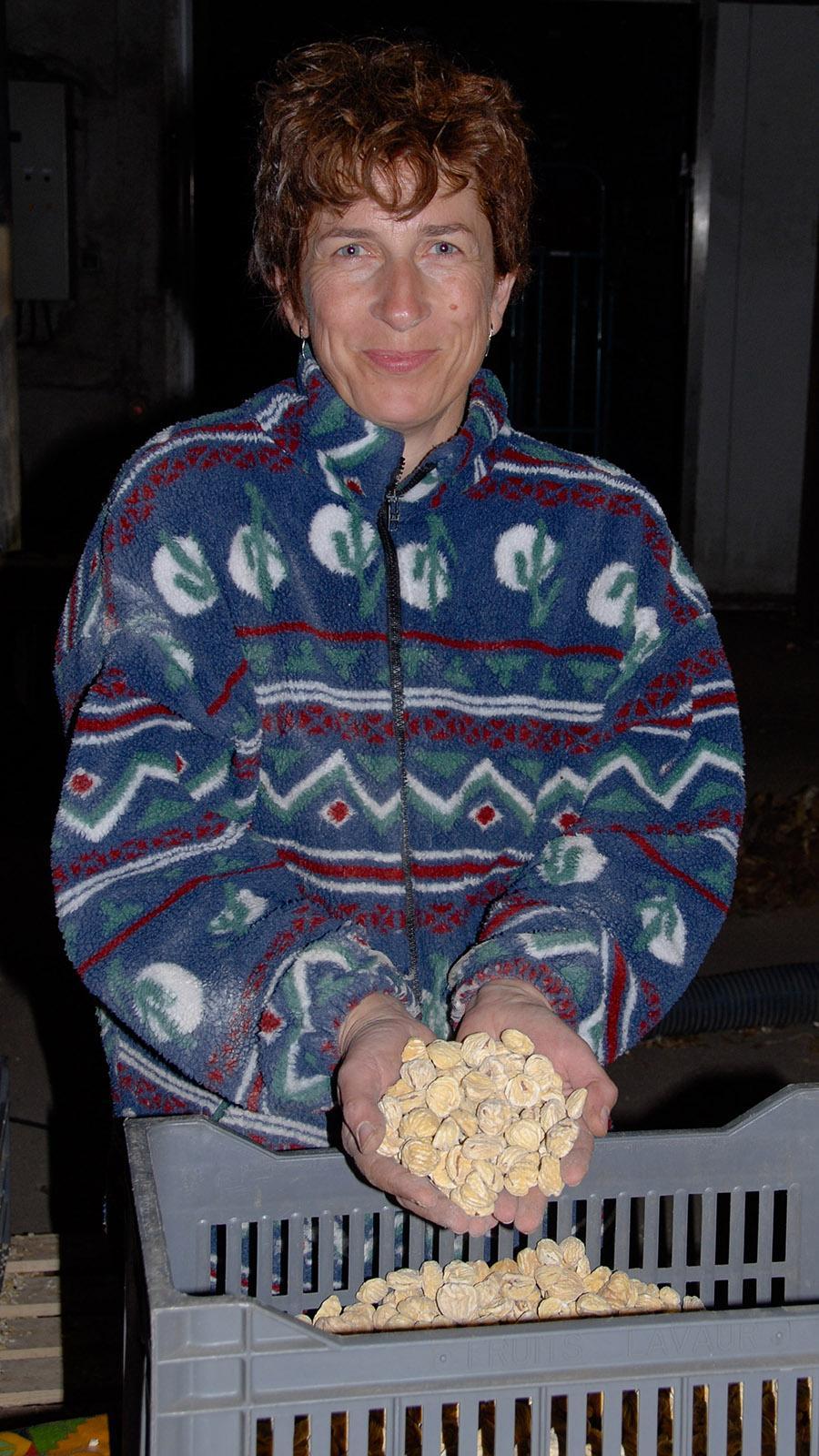 Brotbaum der Berge: Kastanien. In Saint-Martial hält Francine ihre getrockneten châtaignes in der Hand. Foto: Hilke Maunder