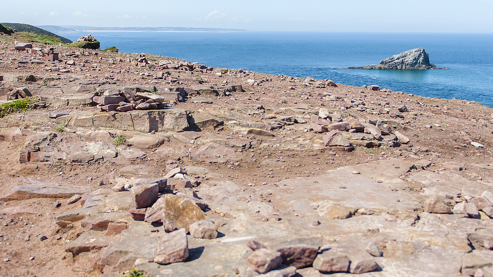 Roter Fels, blaues Meer: Die Farben des Cap Fréhel. Foto: Hilke Maunder