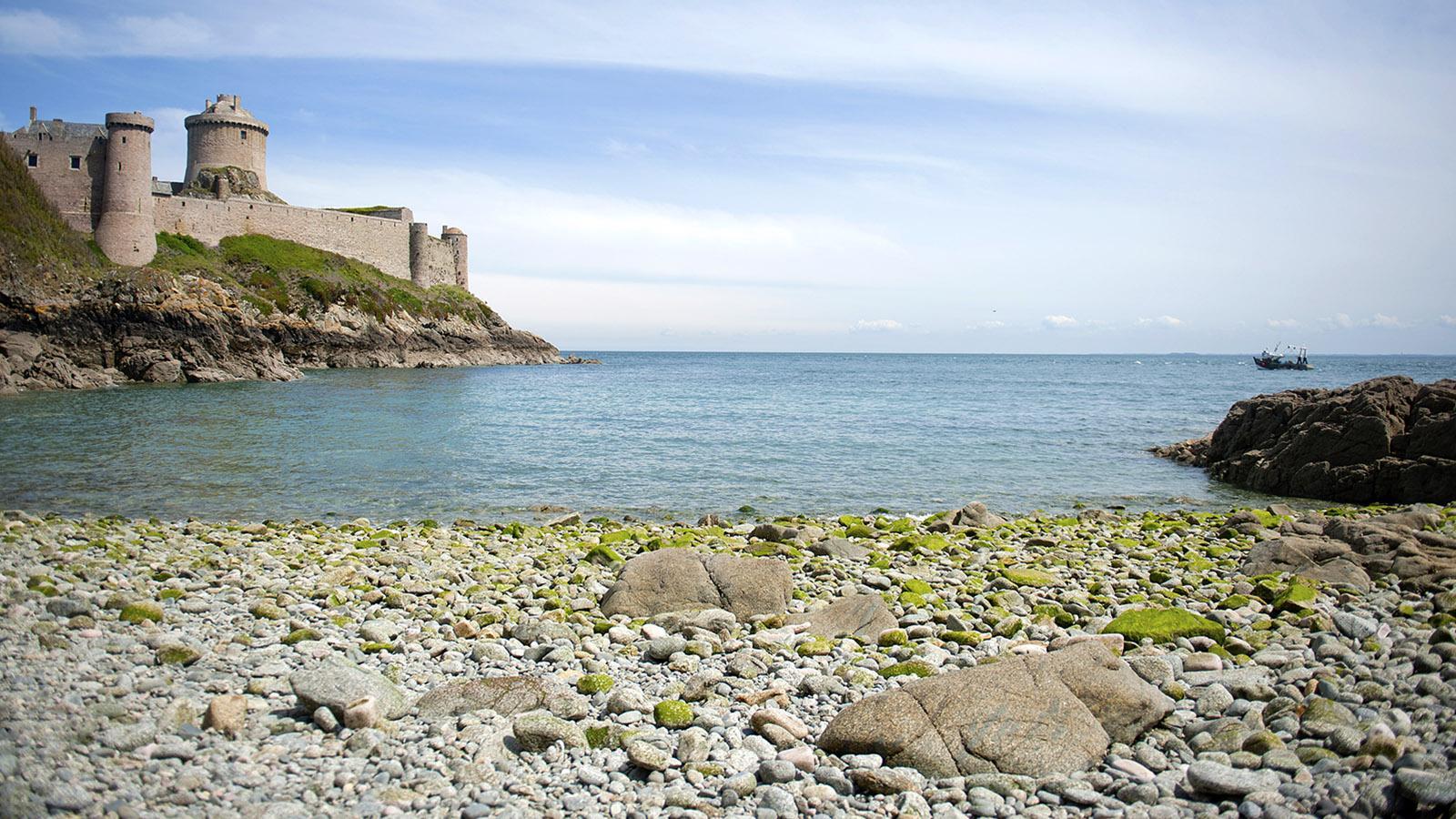 Das Fort La Latte ist an drei Seiten von Wasser umgeben. Foto: Hilke Maunder