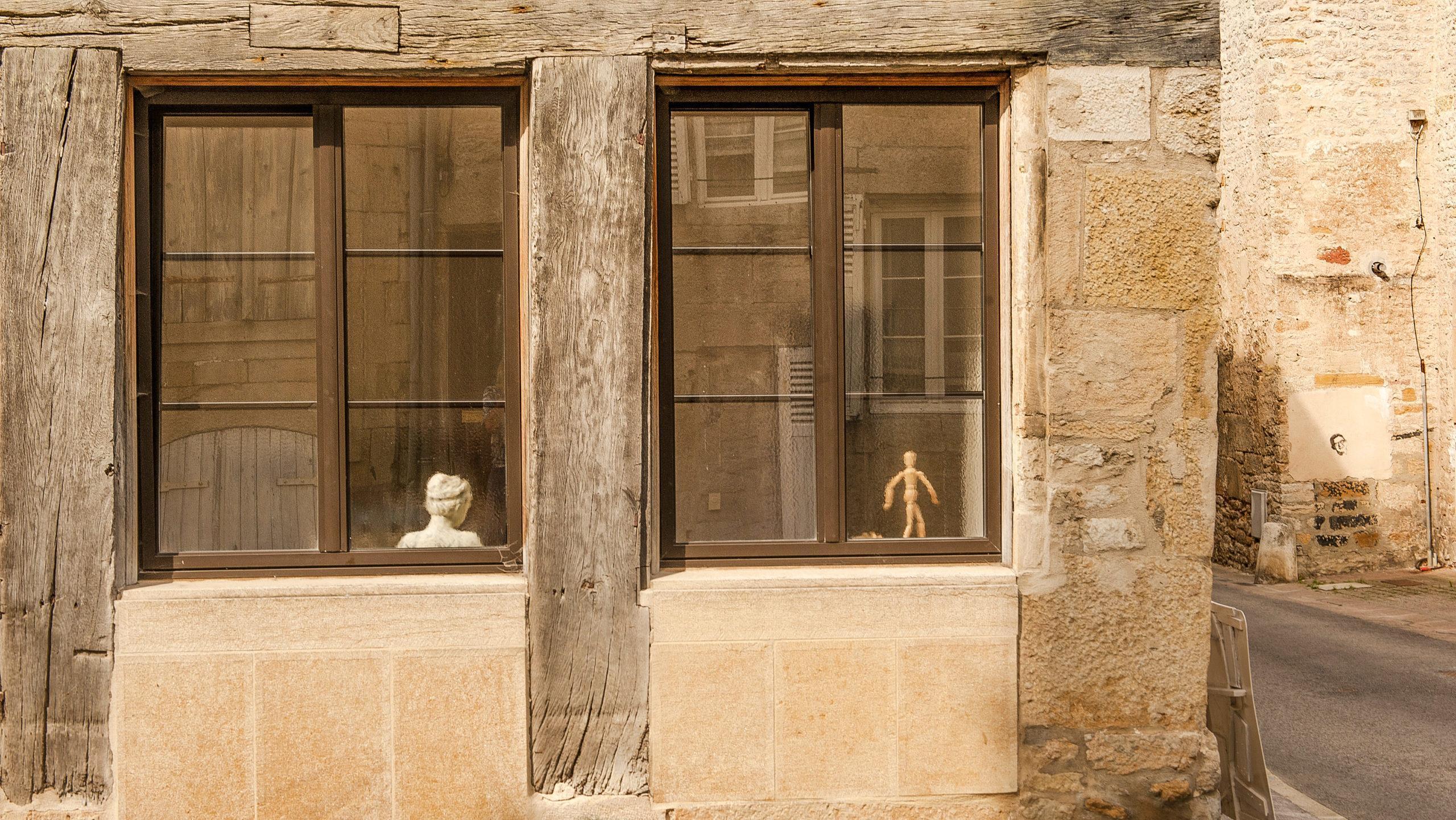 Bei Diderot in Langres: Kunst im Fenster. Foto: Hilke Maunder