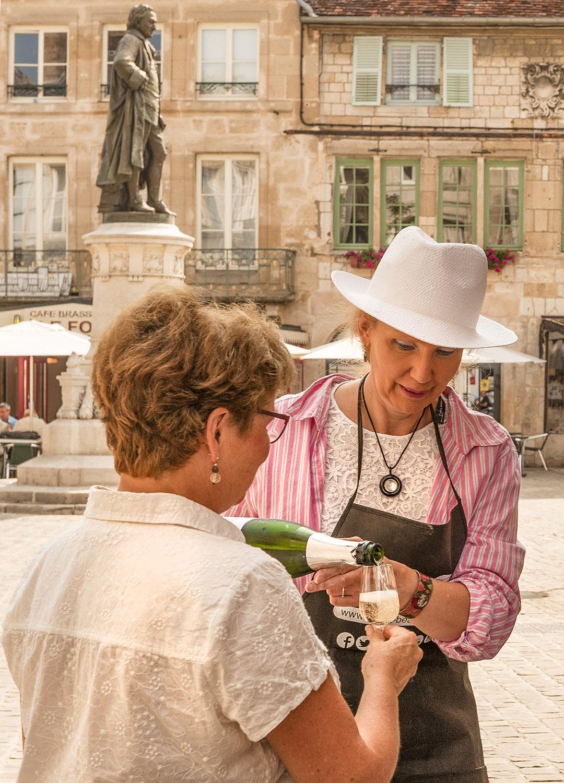 Bei Diderot in Langres: Menschen mit Champagner. Foto: Hilke Maunder