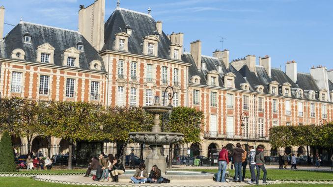 Auch an der Pariser Place des Vosges lebte Victor Hugo. Foto: Hilke Maunder