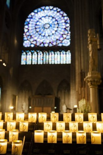 Paris_Kathedrale Notre Dame_Innen_Rosette_Kerzen_©Hilke Maunder