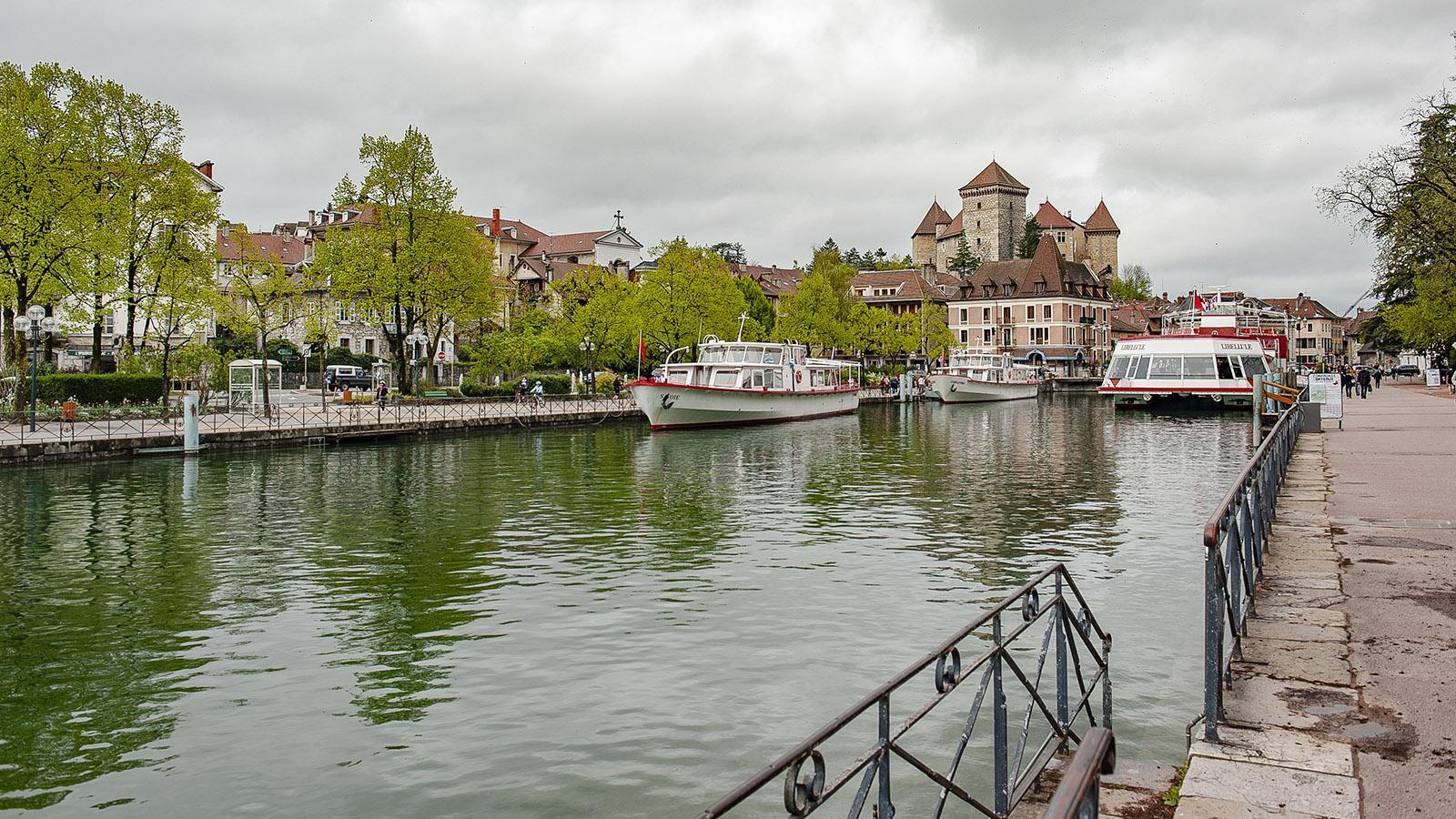 Annecy: Am Rand der Altstadt legen Ausflugsschiffe zu Rundfahrten auf dem großen Bergsee Lac d'Annecy ab. Foto: Hilke Maunder