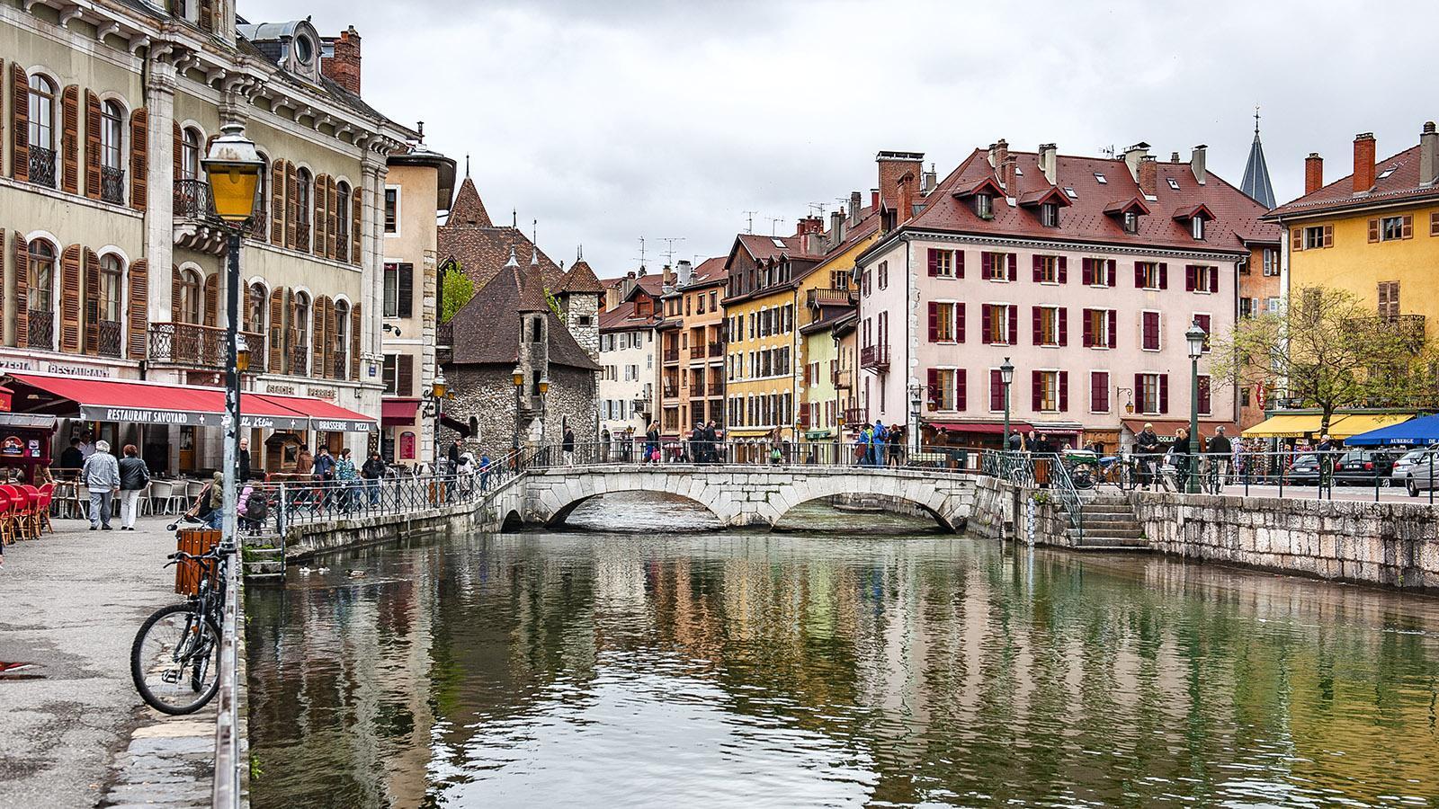 Durch die Altstadt von Annecy rauscht der Thiou. Foto: Hilke Maunder