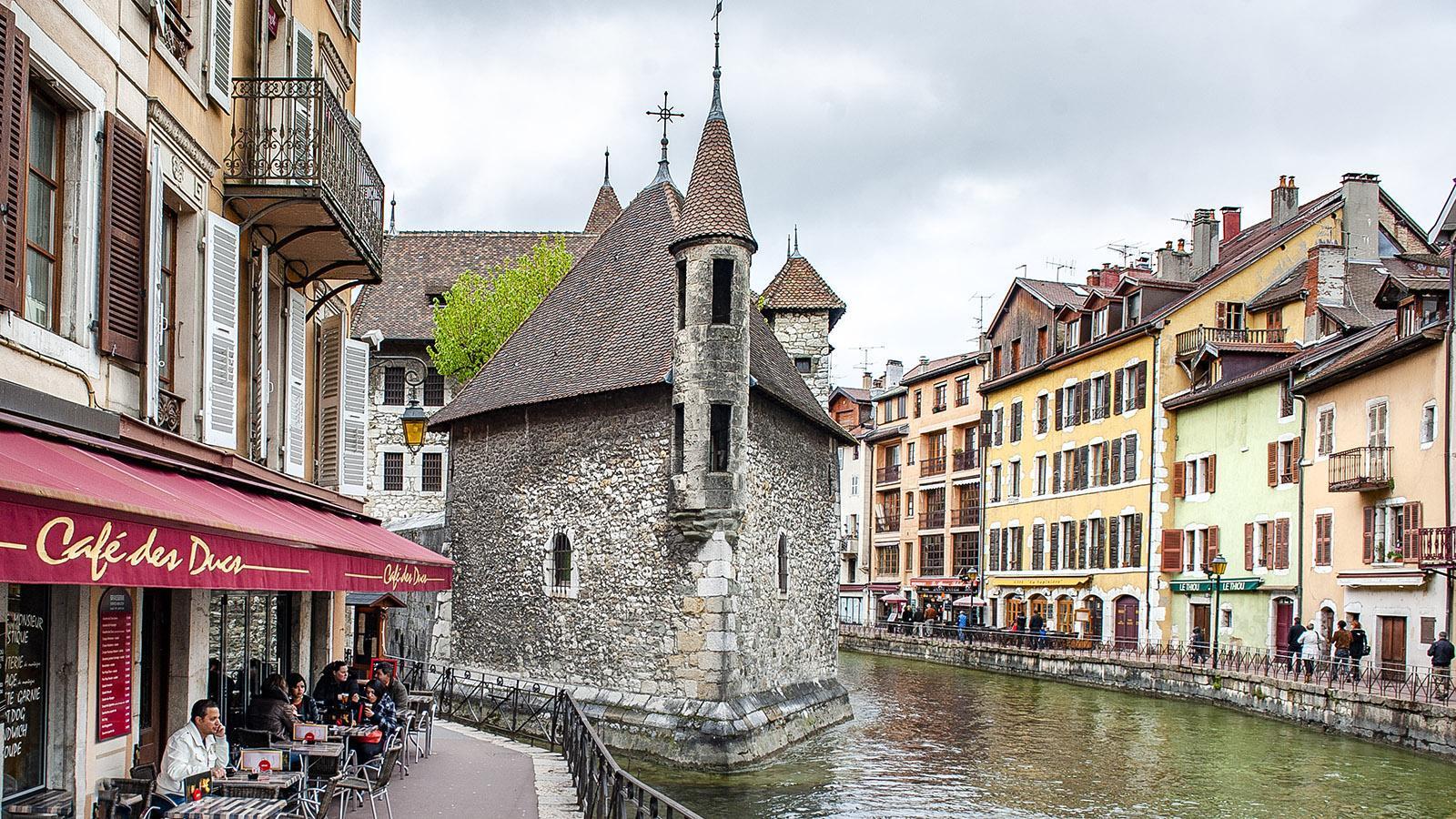Annecy: An den Kais des Thiou drängen sich die Lokale. Foto: Hilke Maunder