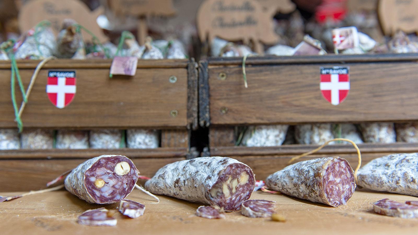 Auf dem Sonntagsmarkt von Annecy könnt ihr die vielen savoyardischen Spezialität vor dem Kauf erst einmal kosten. Foto: Hilke Maunder