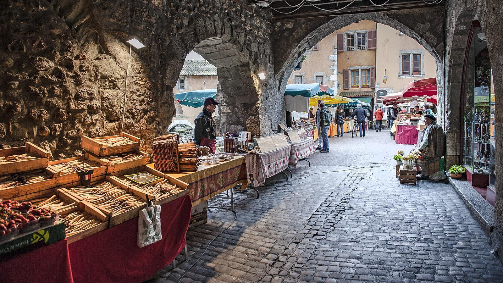 Jeden Sonntag ist Markt in der Altstadt von Annecy. Foto: Hilke Maunder