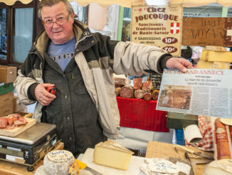Käseverkäufer auf dem Sonntagsmarkt von Annecy. Foto: Hilke Maunder