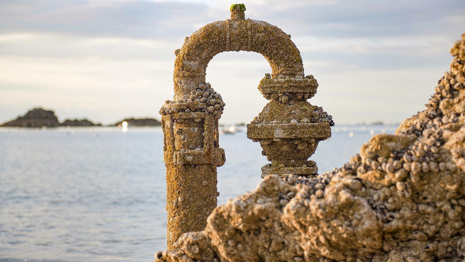 Vom Meer verzaubert: eine alte Leitung bei Saint-Lunaire. Foto: Hilke Maunder