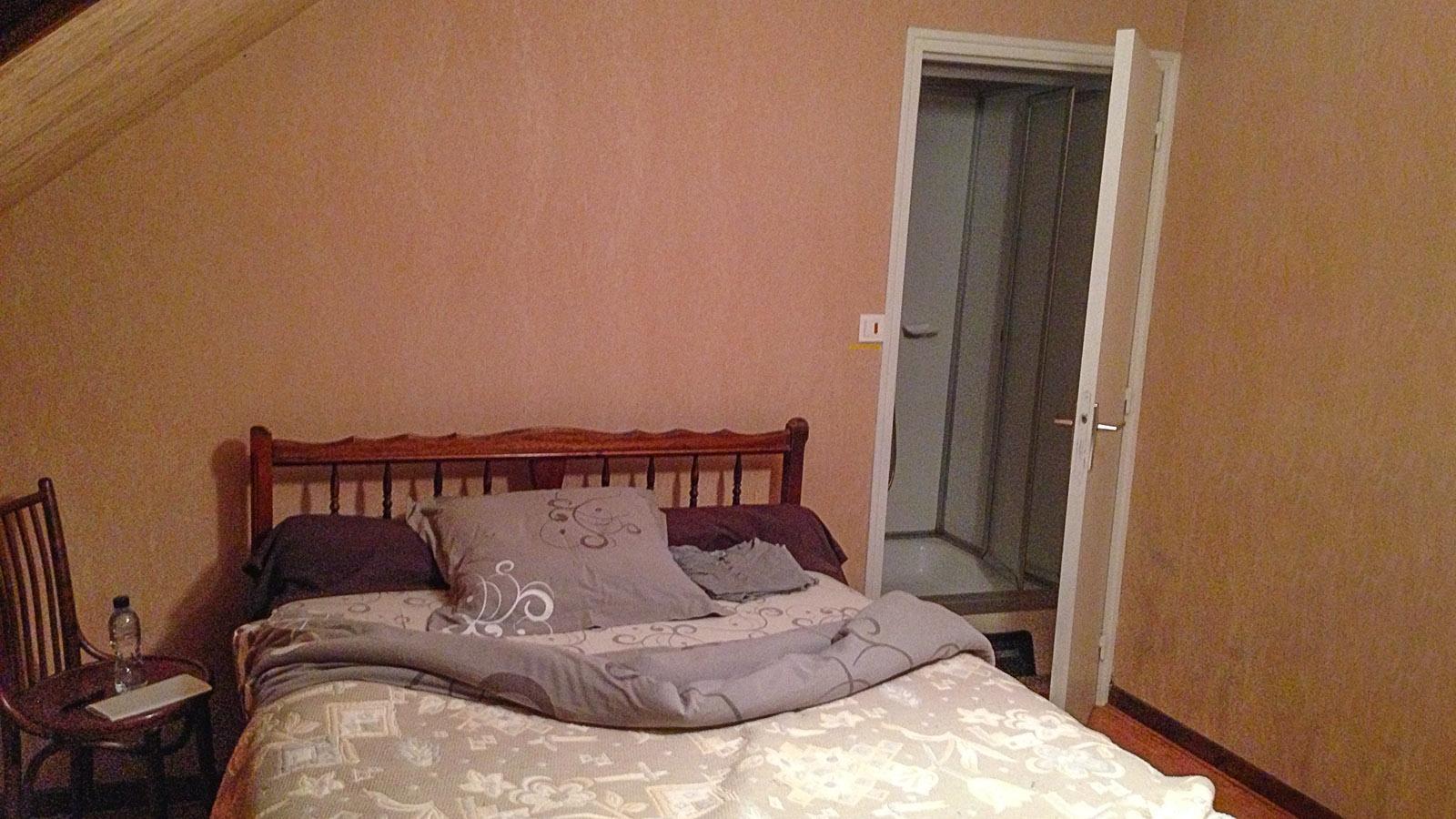 Unter Fernfahrern. Die Dusche neben dem Kopfkissen im Wandschrank: Zimmer 5 des Café Legris in Tincques. Foto: Hilke Maunder