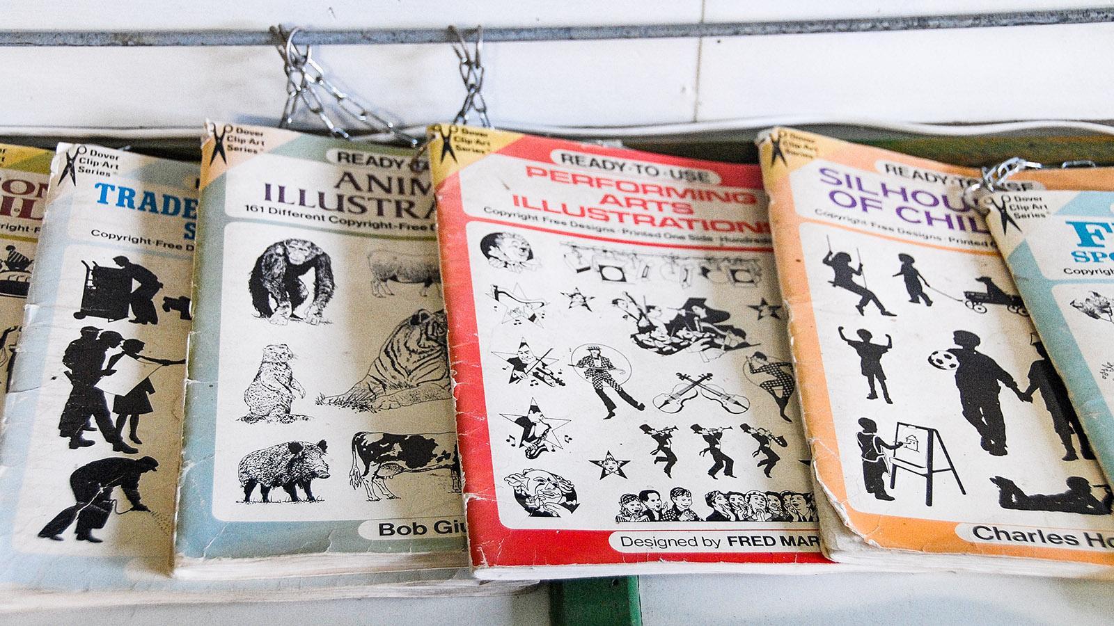 Auch Musterbücher aus England und Amerika liefern die Vorlagen für die Wetterfahnen des Atelier de la Girouetterie. Foto. Hilke Maunder