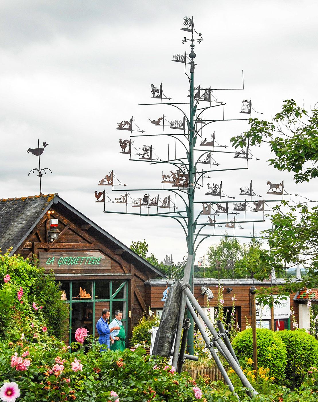 """Der """"Wetterbaum"""" des Atelier de la Girouetterie, 24 von Coudray-Macouard. Foto: Hilke Maunder"""