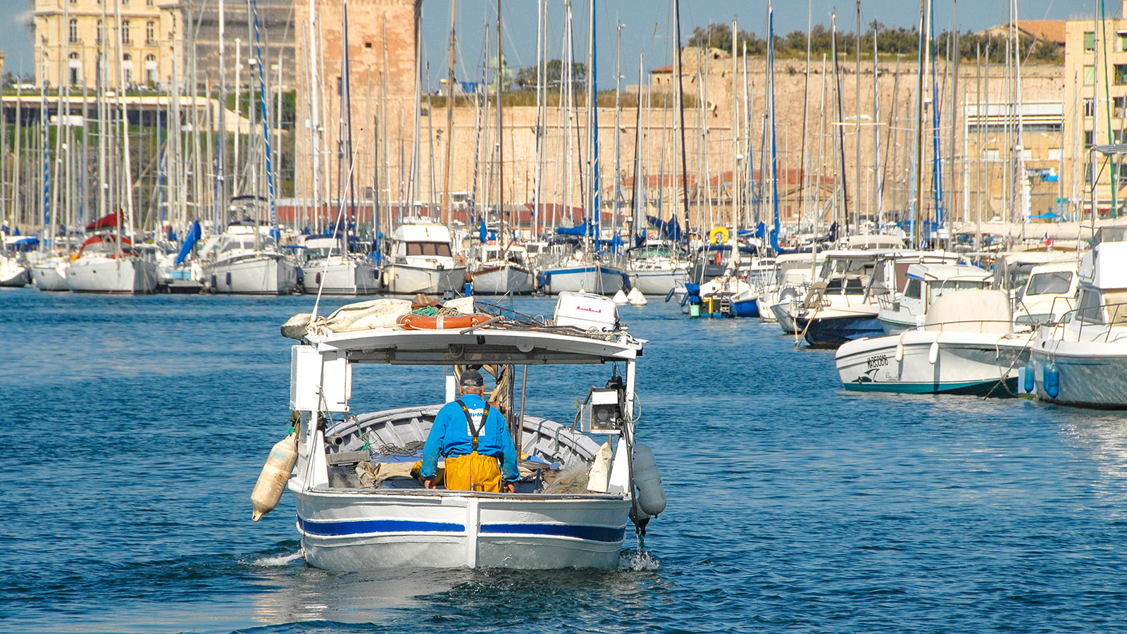 Marseille: Vieux-Port. Fischer bei Ausfahrt. Foto: Hilke Maunder