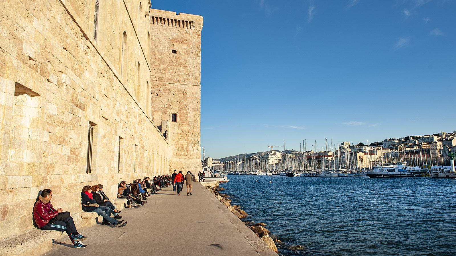 Im Schatten des Fort Saint-Jean könnt ihr zum Vieux-Port auf dieser Promenade laufen. Foto: Hilke Maunder