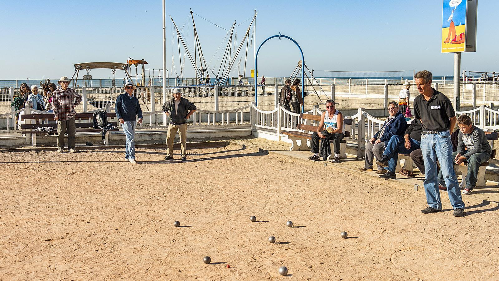 Trouville: Zwischen Strand und Planches spielt man Boule. Foto: Hilke Maunder