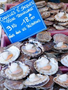 Normandie_Trouville-Fischmarkt_Fruit de Mer_Seafood_Markt_Jacobsmuscheln©HIlke Maunder