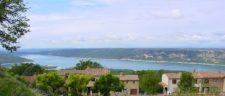 F/Provence/Gorges du Verdon: Aiguines.  Blick auf den Lac de Ste-Clair.