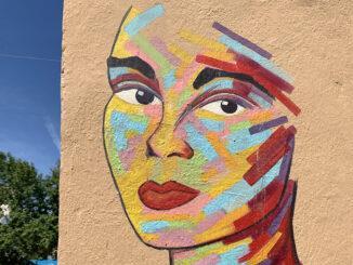 So bunt, vielfarbig und ausdrucksstark wie dieses Wandbild einer Frau ist auch das Viertel Le Planier, wo es eine Fassade ziert. Foto: Hilke Maunder
