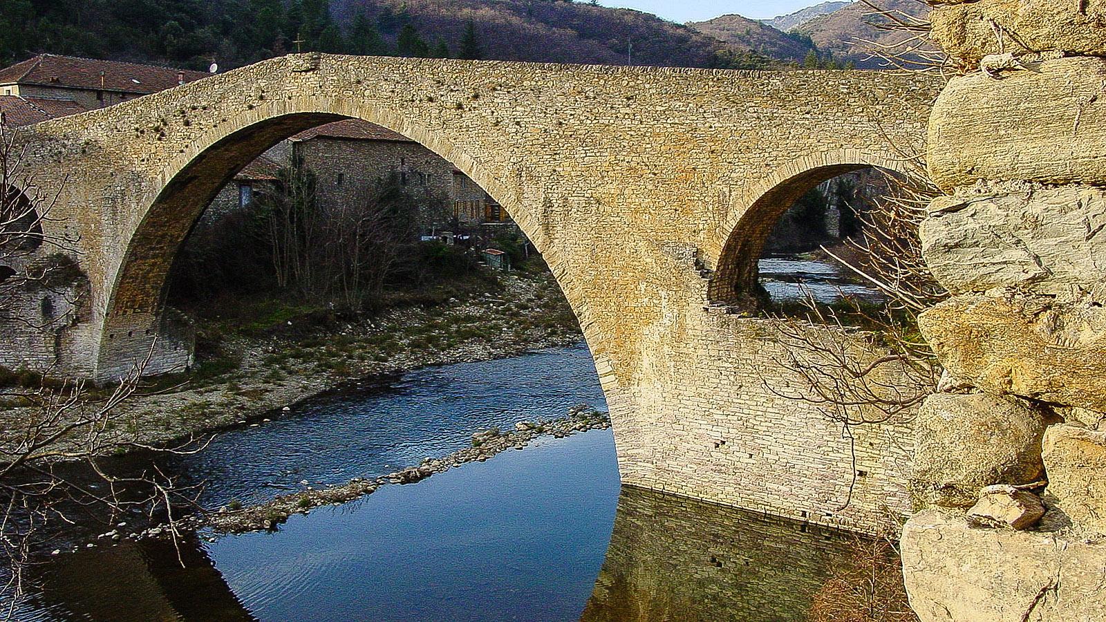 Olargues am Jaur: die Teufelsbrücke. Foto: Hilke Maunder