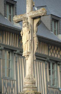F/Normandie/Fécamp: Kreuz der Kirche vor dem Fachwerk des Maison du Grand Cerf
