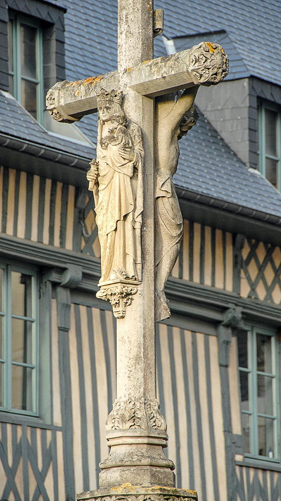 Kreuz vor der Abbatiale de Fécamp. Foto: Hilke Maunder