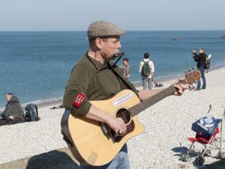 Auf der Strandpromenade von Fécamp musizieren gerne Straßenmusikanten. Foto: Hilke Maunder