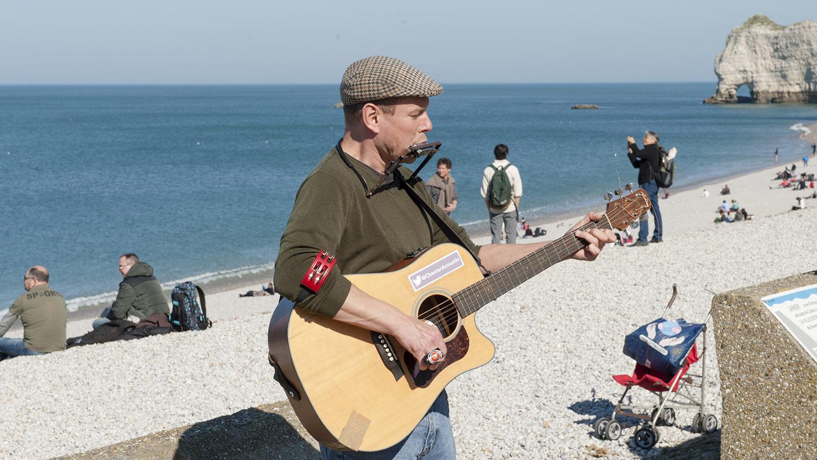 Auf der Strandpromenade von Étretat musizieren gerne Straßenmusikanten. Foto: Hilke Maunder