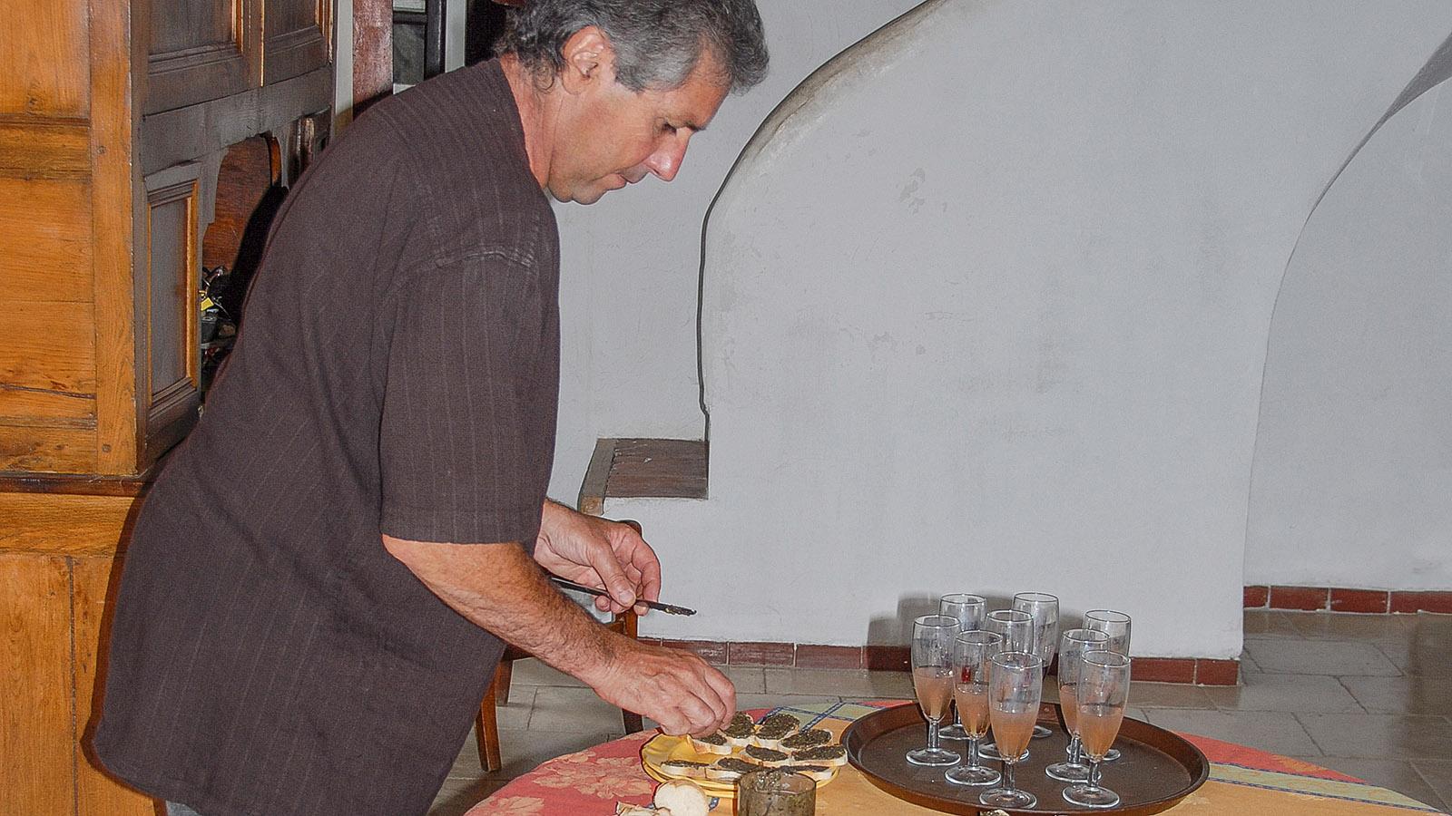 La Milhauque: Gérard Barbouteau bereitet den Apéro vor. Foto: Hilke Maunder