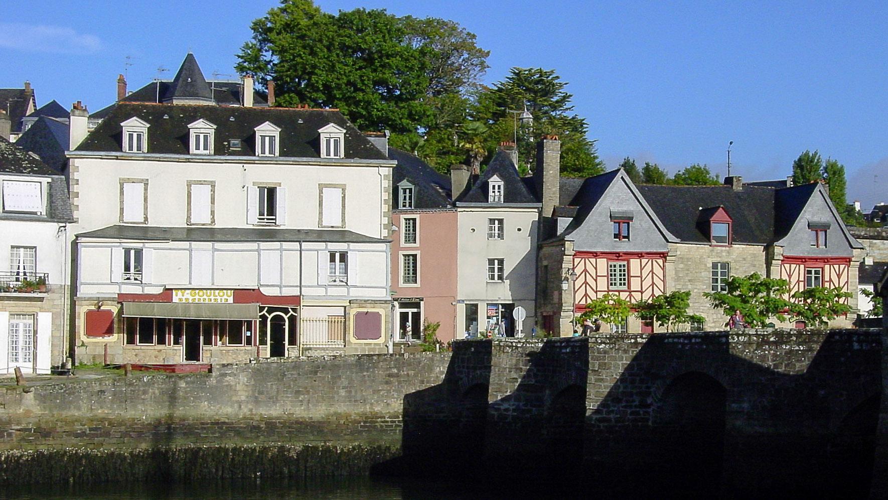 Auray: Blick auf das Stadtviertel und alte Schlossmauern am linken Ufer des Loc'h. Foto: Hilke Maunder
