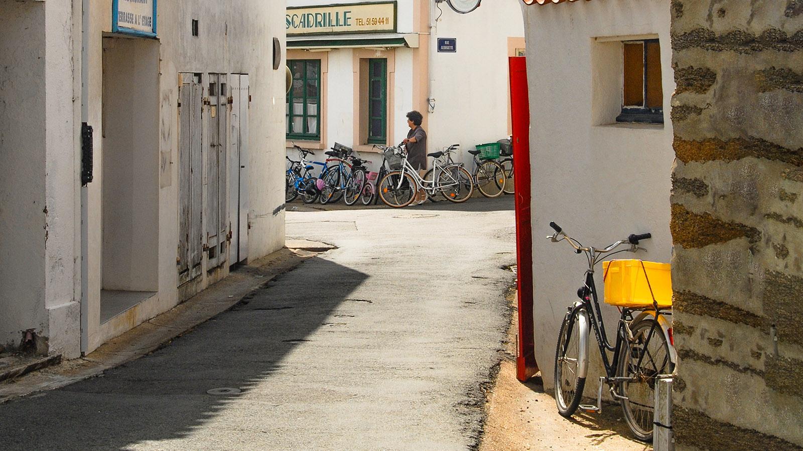 Île d'Yeu: Altstadtbar im Hafenviertel von Port-Joinville. Foto: Hilke Maunder