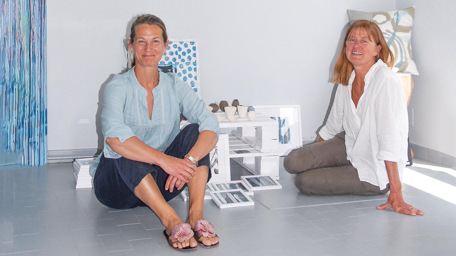 ÎLe d'Yeu: Die Malerin Marie de l'Île (links) i, mit der Marianne Niney. Foto: Hilke Maunder