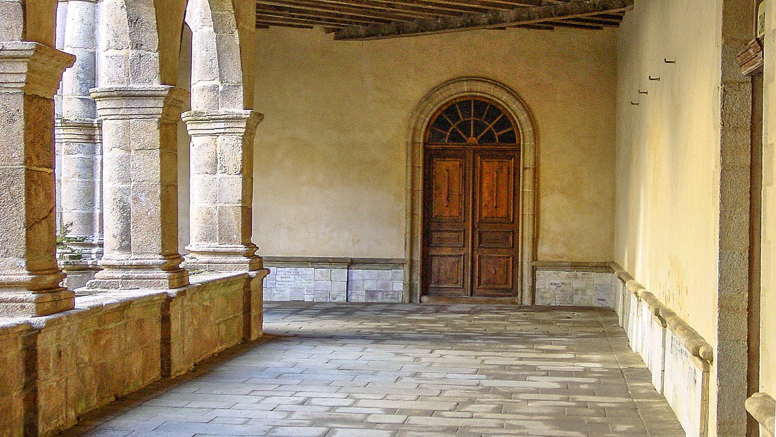 Sainte-Anne d'Auray: Der Kreuzgang des Karmeliterklosters. Foto: Hilke Maunder