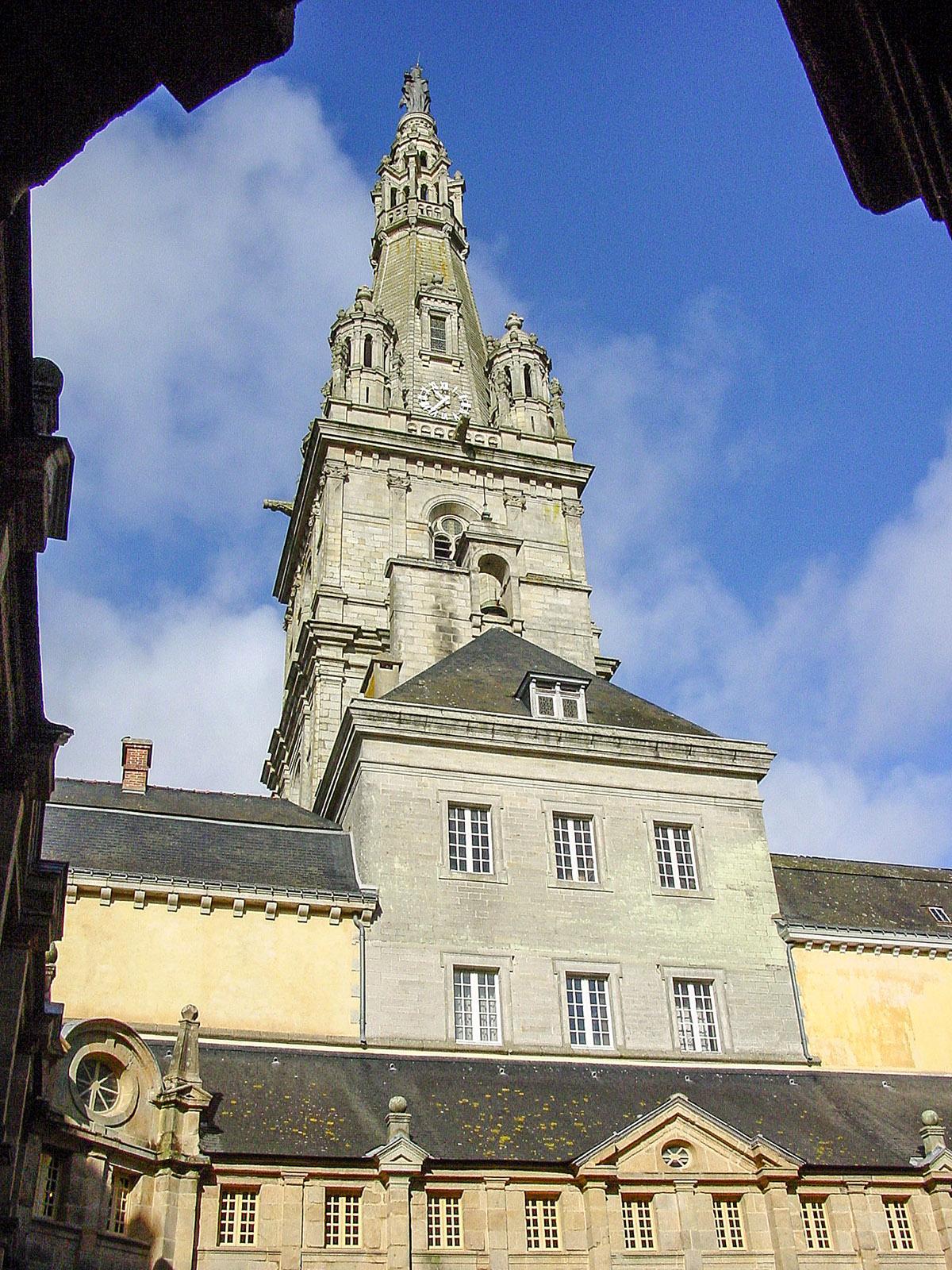 Die Basilika des Wallfahrtsortes mit ihrem 75 m hohen Turm, gesehen vom Kreuzgang des Karmeliterklosters. Foto: Hilke Maunder