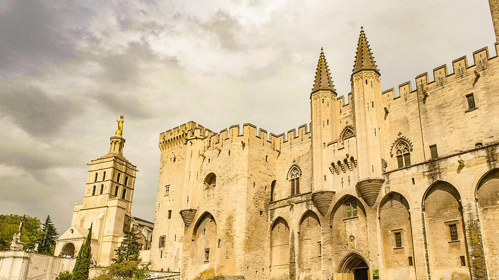 Eine Festung der Glaubens-Macht: der Papstpalast von Avignon. Foto: Hilke Maunder
