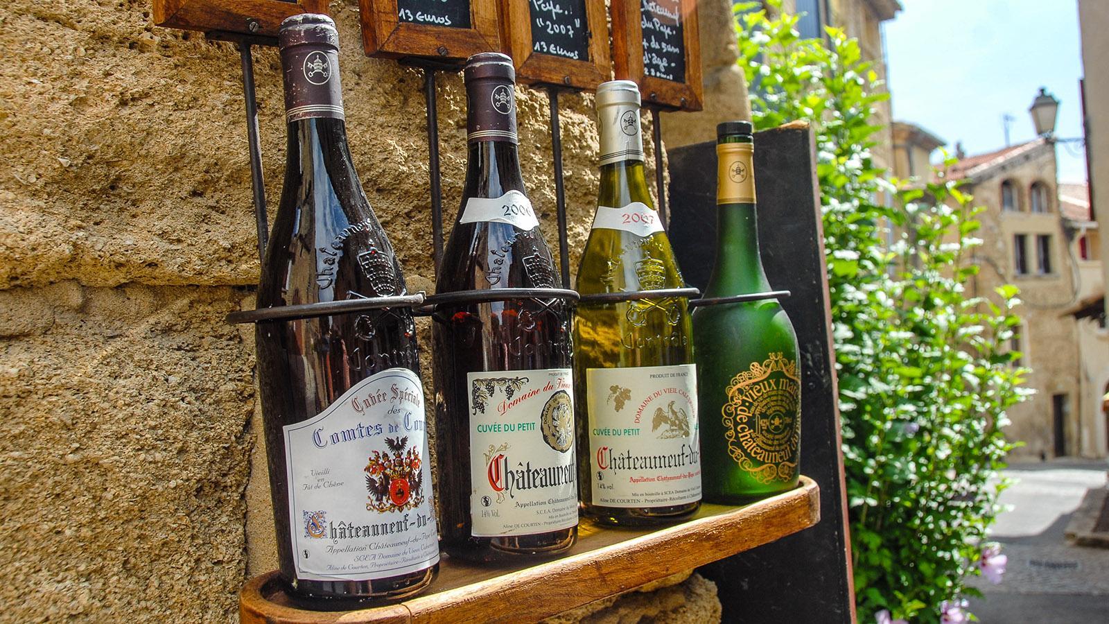 Châteauneuf-du-Pape: Flaschenparade auf der Fassade. Foto: Hilke Maunder