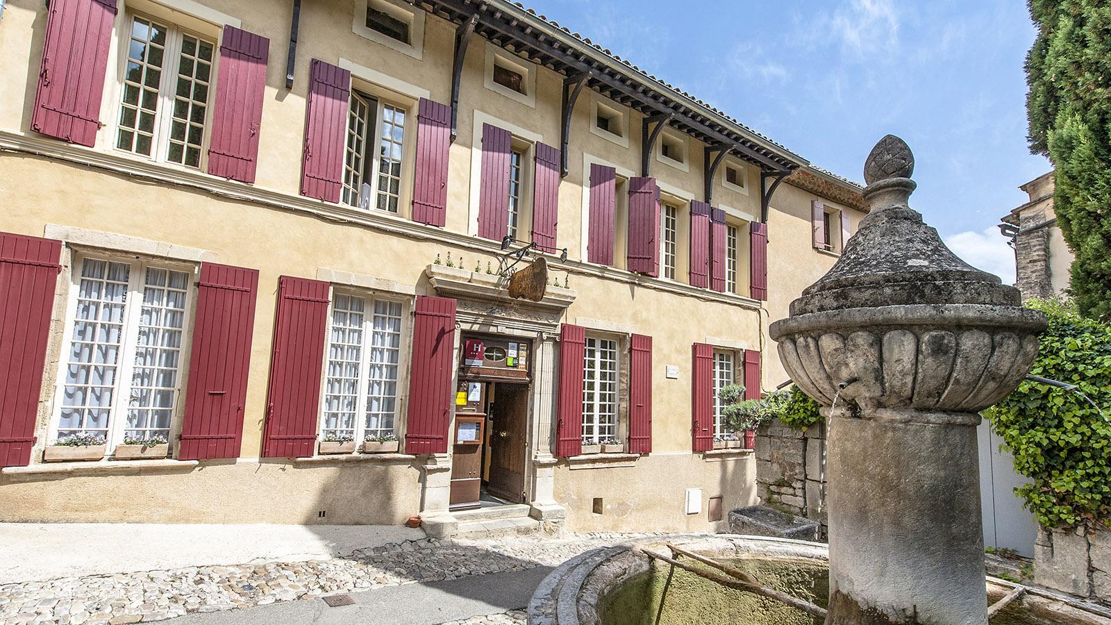 Am Brunnenplatz der alten Bourg von Vaison-la-Romaine findet ihr ein charmantes Hotel. Foto: Hilke Maunder