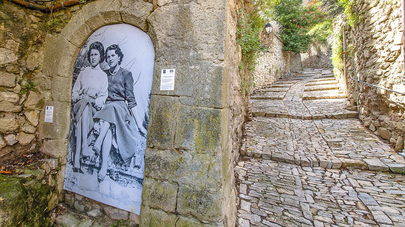 Vaison la Romaine: Fotos zieren die Feldsteinwände der alten Bourg. Foto: Hilke Maunder