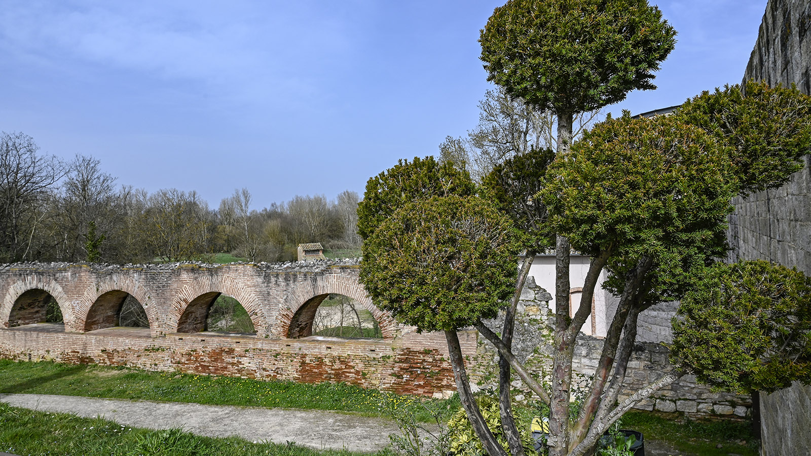 Nègrepelisse: La Cuisine ist eingebettet in einen Park, in de, auch dieses Äquadukt erhalten ist. Foto: Hilke Maunder