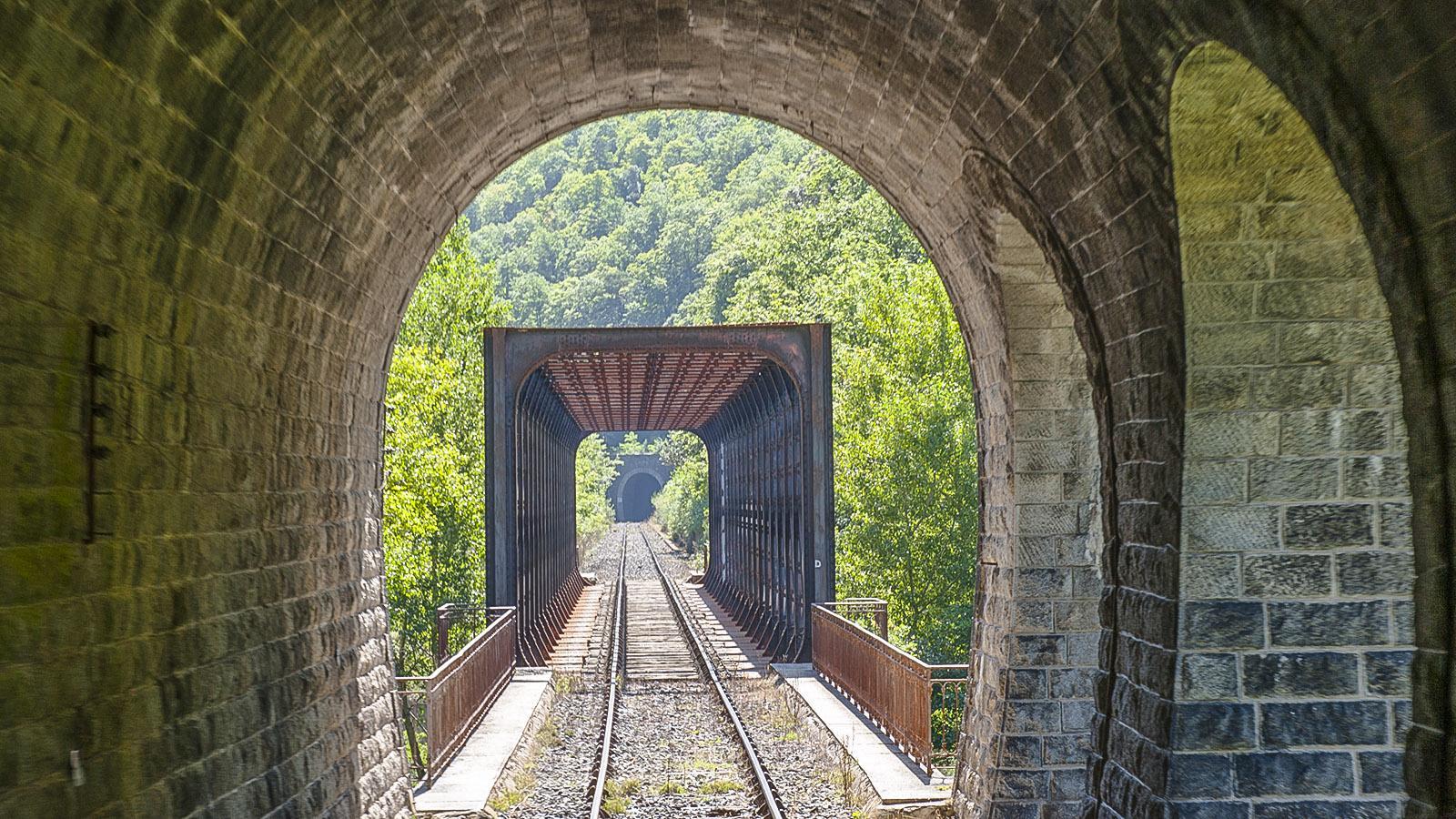 Vor Axat durchquert der Train Rouge hintereinander gleich mehrere Tunnel und Brücken. Foto: Hilke Maunder