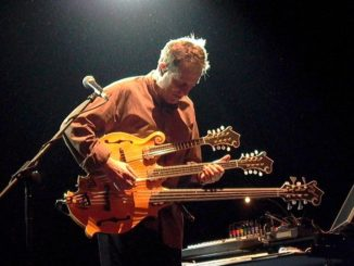 Folk in Frankreich - auch mit drei Armen an der Gitarre....